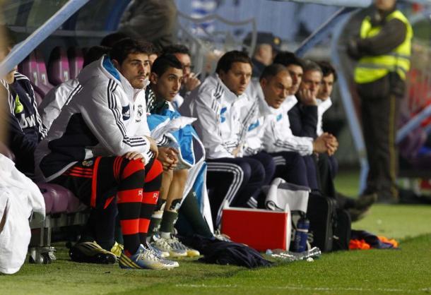Iker Casillas sentado en el banquillo en el partido del Real Madrid en Málaga (Foto: Marca.com)